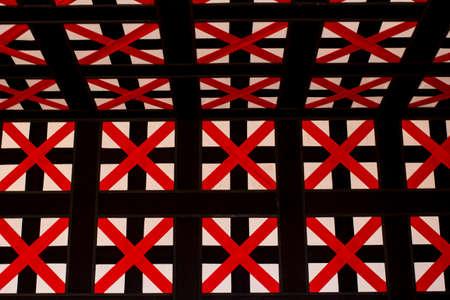 cruz roja: cruz roja, decoraci�n de estilo moderno de tela en la pared en la sala del vest�bulo