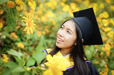 toga y birrete: graduate from Faculty of Science at Mexican Sunflower field, Thailand Foto de archivo