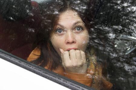 boca cerrada: asustada en un coche detr�s del cristal en la parte posterior del asiento ojos primer cerr� la boca la mano