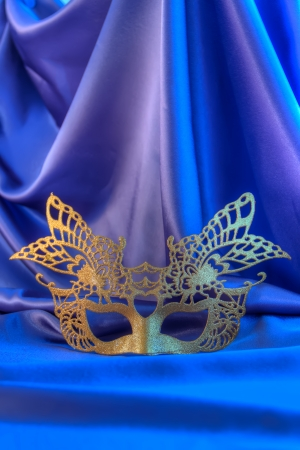 Masque de carnaval or nouvelle unisexe ans contre le fond bleu du th��tre photo