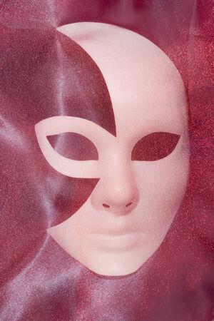 mujer hombre: Fondo blanco m�scara de carnaval teatral con ondulado pa�o rojo gris silueta femenina masculina