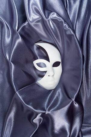 mujer hombre: Fondo blanco m�scara de carnaval teatral con ondulado pa�o azul gris silueta femenina masculina