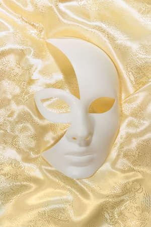 mujer hombre: Fondo blanco m�scara de carnaval teatral con ondulado silueta gris pa�o amarillo hombre-mujer