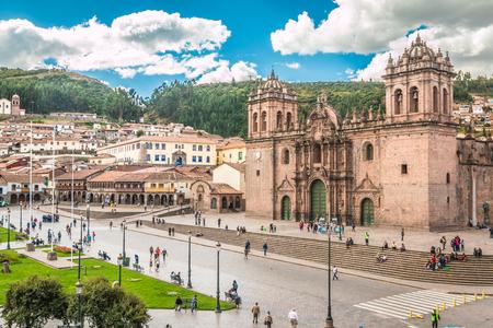bandera de peru: Plaza Armas en Cusco Perú Foto de archivo