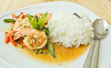 Thai Style Stir fried Spicy shrimp with Thai Holy Basil Foto de archivo
