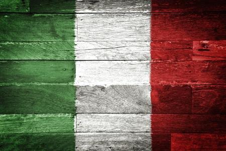 bandera italiana: Italia bandera pintada en el fondo de madera vieja