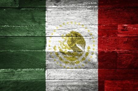 bandera de mexico: la bandera de M�xico pintada en el fondo de madera vieja