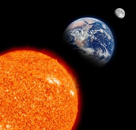 sol y luna: Sistema Sun con la Tierra Sol y la Luna en Negro Foto de archivo