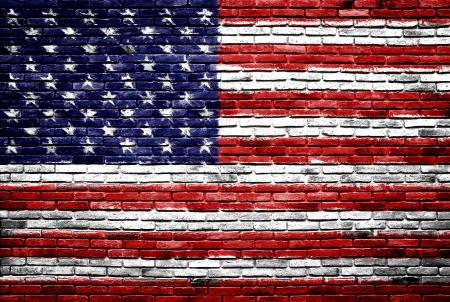 미국의 국기 미국은 오래 된 벽돌 벽 질감 배경에 그려진