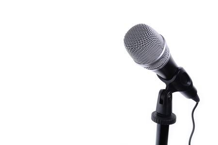 microfono de radio: Micrófono aislado en blanco, con copia espacio de fondo Foto de archivo