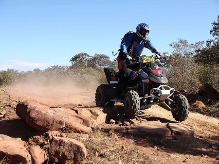 クワッド バイクのカラハリ砂漠のレース 写真素材