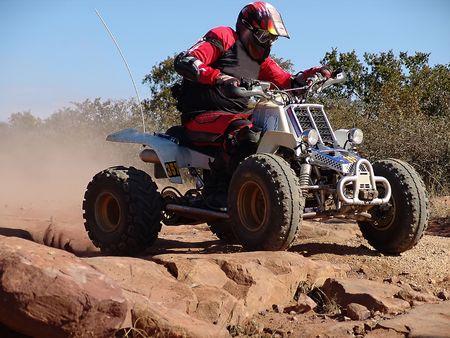 クワッド バイクのカラハリ砂漠でのレース 写真素材
