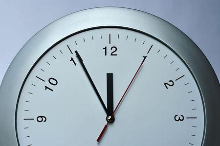 銀の時計、時間、シンプルなコンセプトを渡す年 写真素材
