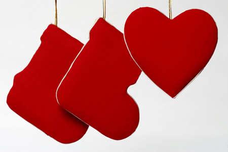 botas de navidad: Decorativas de Navidad botas rojas y el coraz�n, en fondo blanco Foto de archivo