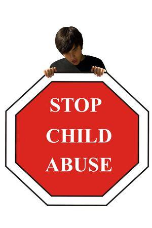 若い男が、一時停止の標識、児童虐待を保持