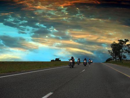motorrad frau: Biker auf der Autobahn, Freiheit Konzept  Lizenzfreie Bilder