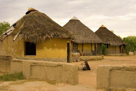 campi�a: Aldea africana tradicional chozas, en la puesta del sol, la pobreza, kgotla (casa de los jefes), Botswana, �frica Foto de archivo