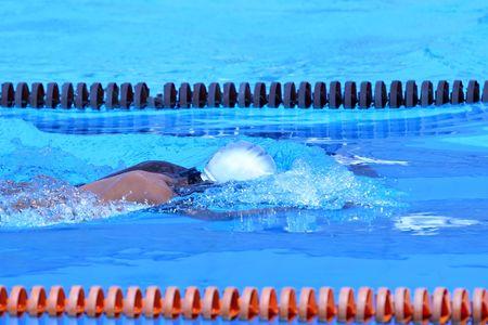 piscina olimpica: Caucasian nadador en la piscina ol�mpica de nataci�n a la victoria Foto de archivo