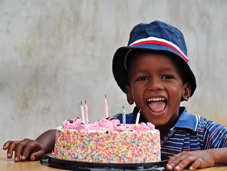 garcon africain: African American enfant avec le g�teau d'anniversaire Banque d'images