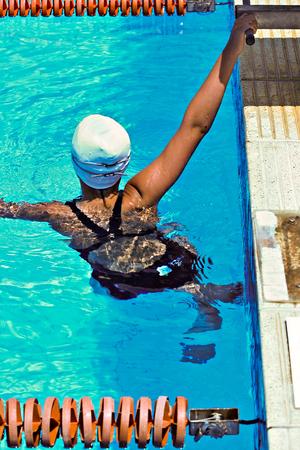 piscina olimpica: Nadador de descanso a la orilla de la piscina ol�mpica
