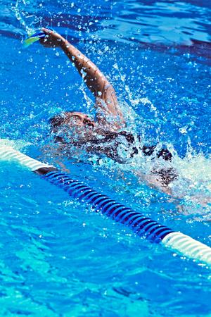Nadador completo esfuerzo en la piscina olímpica