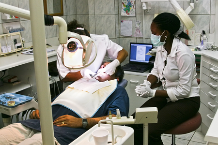 guanti infermiera: Infermiere, dentista e l'esame di un paziente, l'assistenza sanitaria