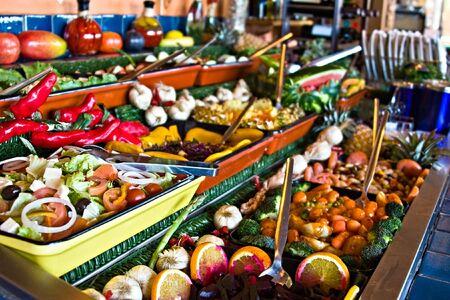 encurtidos: Salud frescas ensaladas de verduras y frutas, jarras con encurtidos, restaurante pantalla,