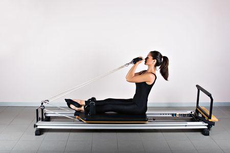力こぶ改革者位置。ピラティス体操は患者の回復のカイロプラクティックと柔軟性と体の健康を改善する運動選手によって使用されるヨガのゲルマンの進化です。