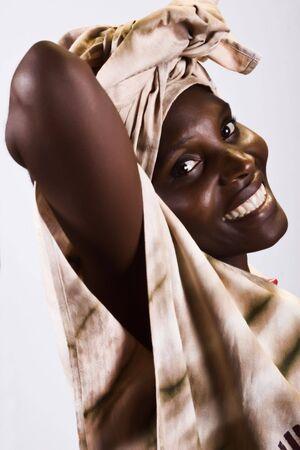 zimbabwe: Zimbabue joven mujer, el uso de diferentes prendas de vestir tradicionales de �frica