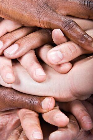 mucha gente: Pila de manos, cauc�sico, americano africano, raza hisp�nica del fondo.