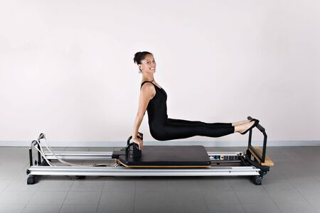 L の座る位置。ピラティス体操は患者の回復のカイロプラクティックと柔軟性と体の健康を改善する運動選手によって使用されるヨガのゲルマンの進化です。 写真素材