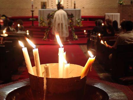 religion catolica: Semana Santa tiempo, sacerdote cristiano en el altar con velas encendidas todo el mundo