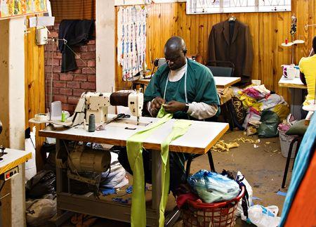 African American man die werkt in een workshop op maat