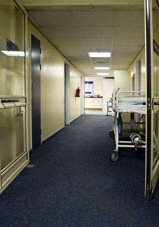 corridoi: letto con tubi di ossigeno sul corridoio ospedale, l'assistenza sanitaria serie