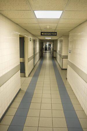 空の病院の廊下、緊急治療室への入り口