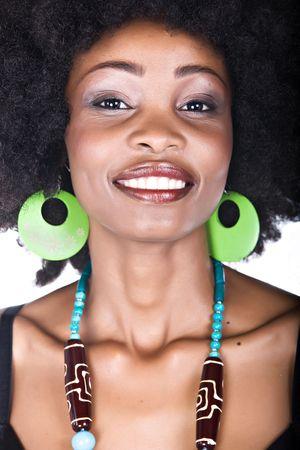 Portrait de l'African American femme à la coiffure afro