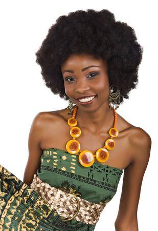 Femme africaine avec une robe dans le modèle africain traditionnel
