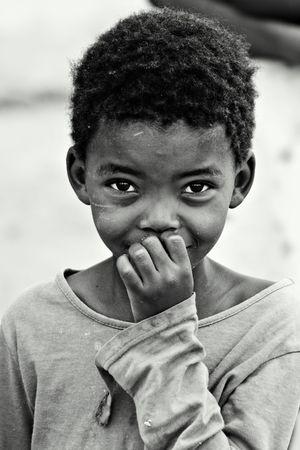 ni�os pobres: Los ni�os africanos, las cuestiones sociales, la pobreza, la versi�n en blanco y negro  Foto de archivo