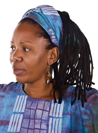 dreadlocks: retrato de la mujer africana tradicional en las prendas de vestir
