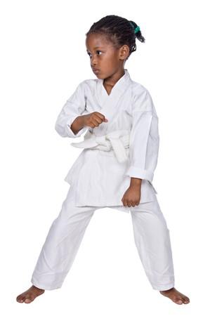 patada: Karate peque�a ni�a de la formaci�n, aisladas sobre fondo blanco