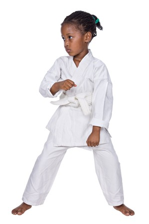 coup de pied: Les petites filles de karat� formation, isol� sur un fond blanc
