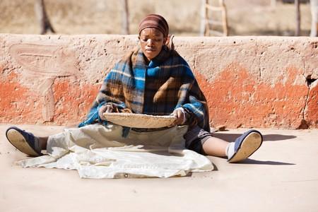 sorgo: Retrato de mujer africana con una cesta de sorgo, alimento b�sico en �frica Foto de archivo