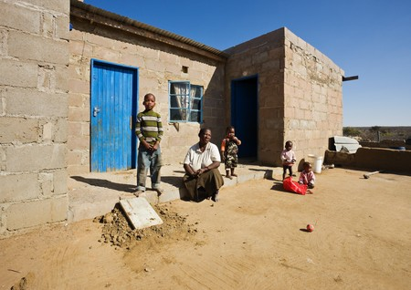 megfosztott: african family, grandmother and the grandchildren, living  in a very poor village near Kalahari desert