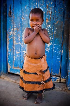 青いドア、ビネットの劇的な効果のために追加の前にアフリカの女の子。
