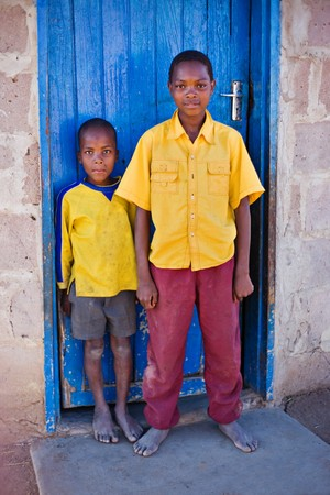 アフリカの家族、2 人の兄弟、カラハリ砂漠の近くの非常に貧しい村での生活