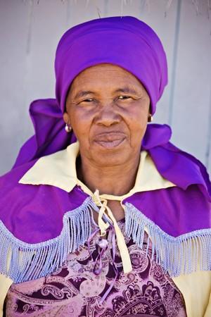 村の古いアフリカ女性教会の制服に身を包んだ