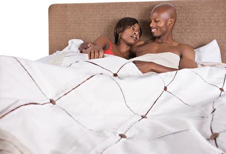 楽しんでベッドの中でアフリカ系アメリカ人カップル