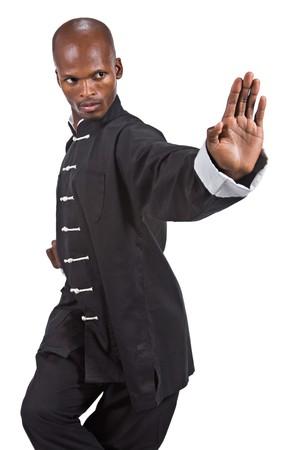 patada: African American hombre en un traje negro de kung fu