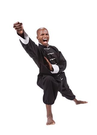 黒のカンフーでアフリカ系アメリカ人の男のスーツします。