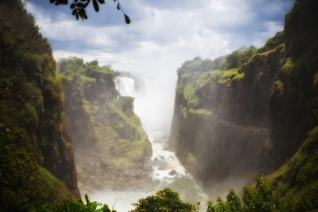 simbabwe: Victoria Falls an Sambesi, Simbabwe Grenze mit Sambia und Botswana Mosi-Oa-Tunya der Nebel, der HDR tone Fokus Zuordnung und weiche Thunders,